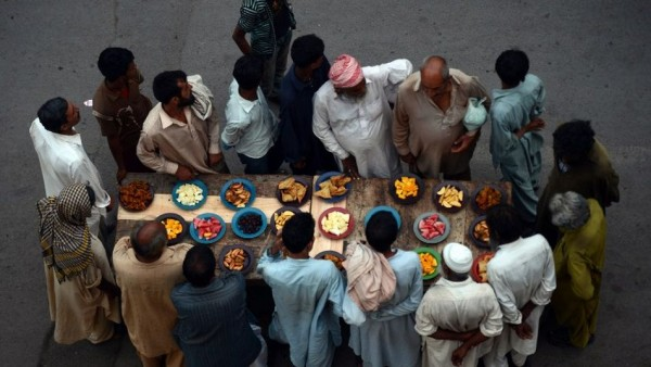 Musulmanes-paquistanies-esperan-diurno-Ramadan_TINIMA20130720_0087_3