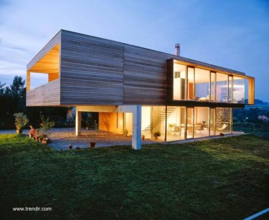 fachada de casa contemporanea de dos plantas con madera