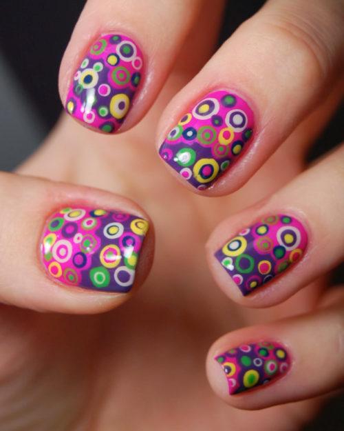 uñas-decoradas-con-dibujos-de-colores