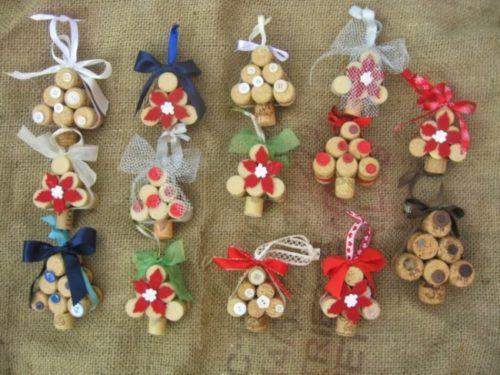 manualidades-navidad-adornos-corcho-arboles-lazos-colores