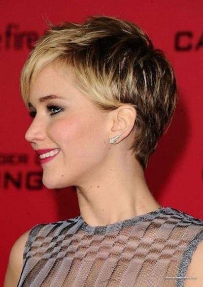 Para quienes no conocen este tipo de peinado, básicamente se trata de que  en la zona de la nuca como así en ambos lados de la cabeza estén más cortos  que el