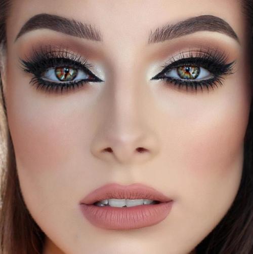 pueden implementar una de las preferidas para el maquillaje de noche tiene que ver con resaltar los labios y hacer el efecto ahumado en los ojos