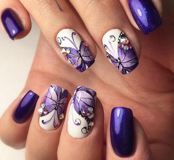 Imágenes de uñas decoradas con diseños de mariposas y