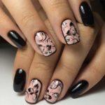 Imágenes de uñas decoradas con diseños de mariposas y flores