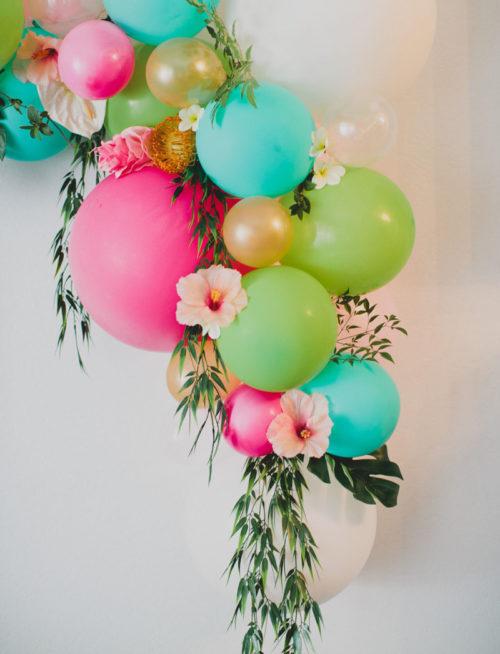 hace arreglos con globos para decorar los distintos espacios de la fiesta tanto para nios como para adultos