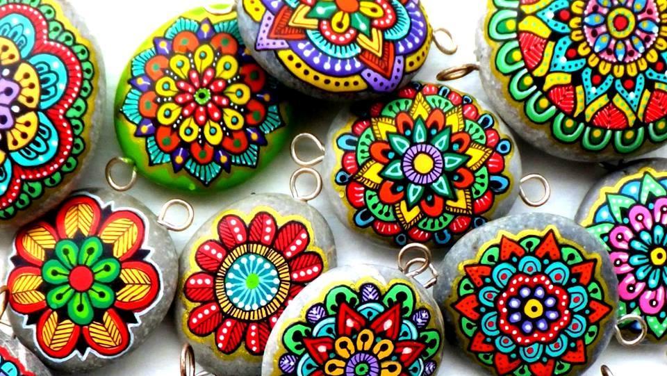 Mandalas pintadas en piedra pared madera vidrio y - Colocar piedra en pared ...