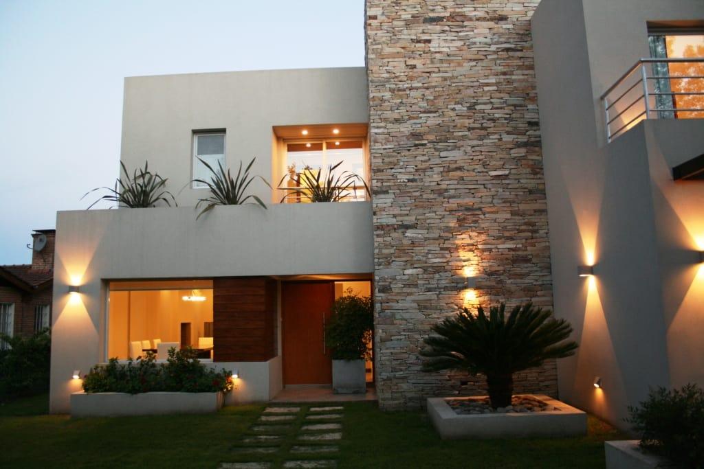 100 fachadas de casas con piedra modernas y minimalistas for Casa moderna 99 arena