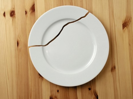 TRADICIONRomper la vajilla tras la cena de Nochevieja