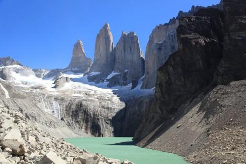 Su mayor atractivo lo constituyen las llamadas Torres del Paine, tres enormes torres de granito modeladas a lo largo de doce millones de años
