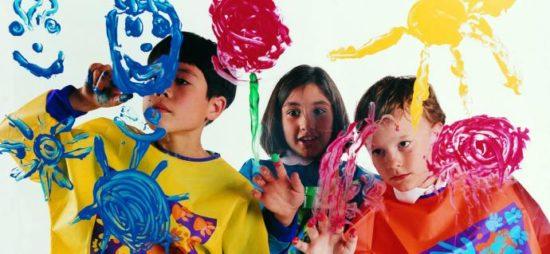 Niños felices jugando  (28)
