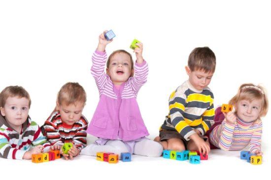 Niños felices jugando  (34)