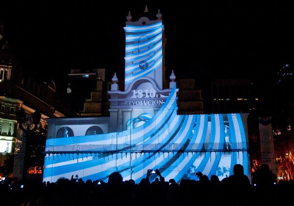 zzzznacg2  NOTICIAS ARGENTINAS BAIRES, JUNIO 20:Aspecto que presenta la proyeccion 3D sobre la fachada del Cabildo en el marco del Día de la Bandera y de los festejos del Bicentenario de la Revolución de Mayo.FOTO NA:DAMIAN DOPACIO.zzzz