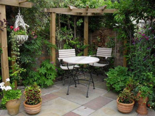 ac una opcin con muchas plantas combinando algunas macetas otras plantas trepadoras y algunas colgantes y poniendo una mesa con dos sillas para poder - Diseo De Jardines Pequeos
