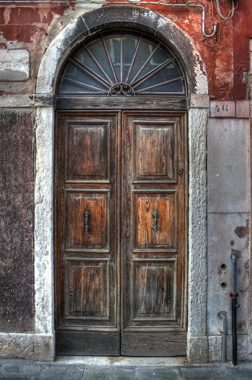 Puertas antiguas de madera cheap antigua puerta de for Restaurar puertas antiguas